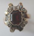 Zlatý prstýnek s bílým smaltem a rudým kamínkem (4).JPG