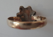 Zlatý prstýnek s bílým smaltem a rudým kamínkem (3).JPG