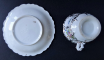 Šálek s květy a stříbrným reliéfem  - Klášterec 1855 (5).JPG