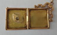 Zlatý přívěšek s medailonem a briliantem (6).JPG