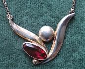 Náhrdelník stříbrný s růžovofialovým kamínkem