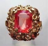Zlatý prstýnek se světle cihlovým kamínkem