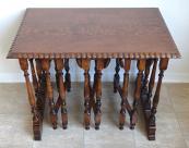Stolek se třemi menšími skládacími stolky