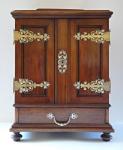 Šperkovnice ve tvaru skříňky s ornamentálním kováním