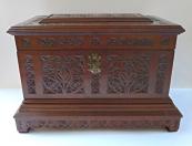 Velká krabička s reliéfním řezaným ornamentem