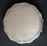 Stříbrná pudřenka s profilovaným okrajem
