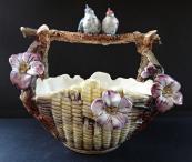 Keramický košík s květy a ptáčky