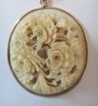 Medailon s růžemi ze slonoviny a řetízkem