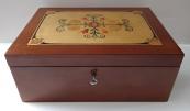 Krabička v mahagonu a intarzovaným lidovým ornamentem
