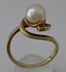 Zlatý kroucený prstýnek s perlou