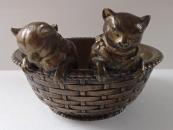 Dvě kočičky v proutěném košíku - Bronz