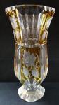 Váza s broušenými květy na žluté lazuře