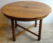 Kulatý stůl s intarzovanou hvězdou a tordovanými sloupky