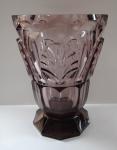 Broušená váza z fialového skla