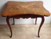 Barokní stůl s erbem