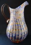 Skleněný džbán s barevným listrem