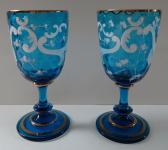 Pár modrých skleniček s bílými listy