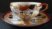 Porcelánový šálek s gejšami