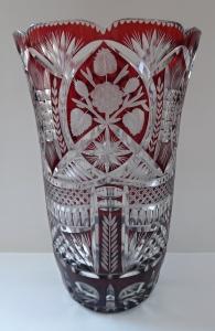 Bohatě broušená váza s rubínovou lazurou (1).JPG