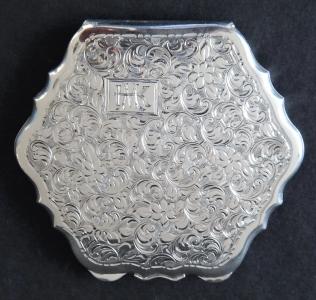 Stříbrná pudřenka s monogramem M. K.  (1).JPG