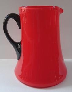 Červený džbánek s černým úchytem (1).JPG