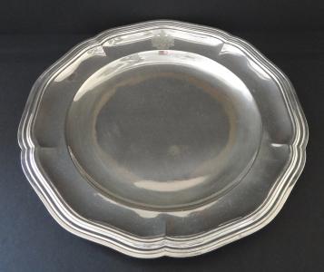 Kulatý stříbrný tác s vlnitým okrajem a erbem (1).JPG
