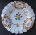 Míšeňský talíř s maceškami a zlacenými kartušemi (1).JPG