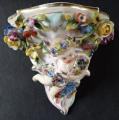 Porcelánová konzolka s květy a dívkou (1).JPG