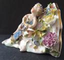 Porcelánová konzolka s květy a dívkou (2).JPG