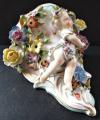 Porcelánová konzolka s květy a dívkou (3).JPG