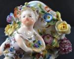 Porcelánová konzolka s květy a dívkou (4).JPG