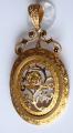 Zlatý prořezávaný medailon, brož, s květy a černým emailem (1).JPG