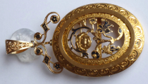 Zlatý prořezávaný medailon, brož, s květy a černým emailem (2).JPG
