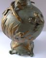 Secesní kovová váza s ptáčky a žabakami (3).JPG