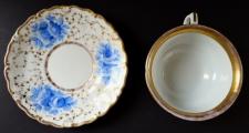 Šapo se zlaceným ornamentem a modrými květy - Slavkov (3).JPG