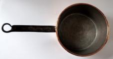 Větší měděný tepaný rendlík - železný úchyt (3).JPG