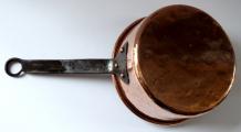 Větší měděný tepaný rendlík - železný úchyt (4).JPG