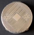 Malá stříbrná kulatá pudřenka, zdobená (1).JPG