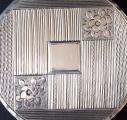 Malá stříbrná kulatá pudřenka, zdobená (3).JPG