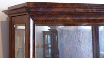 Klasicistní vitrína v ořechové dýze (3).JPG