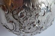 Miska stříbrná s rokokovým reliéfním ornamentem -Hanau (4).JPG