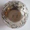 Miska stříbrná s rokokovým reliéfním ornamentem -Hanau (5).JPG