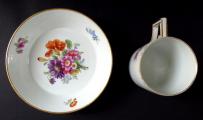 Klasicistní šálek Míšeň, s malovanými květinami (3).JPG