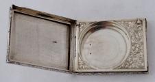 Stříbrná pudřenka se rtěnkou (3).JPG