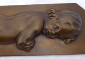 Bronzový reliéf nahého dítěte (3a).JPG