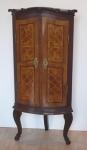 Rohová barokní skříňka