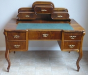 Druhorokokový psací stůl s oválnou nástavbou