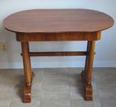 Biedermeierový oválný stůl