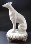Soška psa na bronzovém podstavci