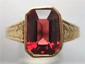 Zlatý prstýnek s červeným kamínkem
